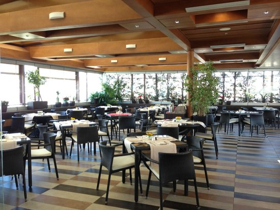 Crowne Plaza Hotel - Athens City Centre: Restaurant on top floor near pool