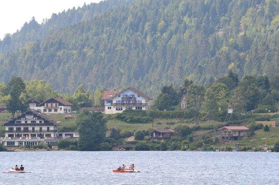 Les Reflets du Lac : en bleu, l'établissement vu de puis le lac (bâteau)