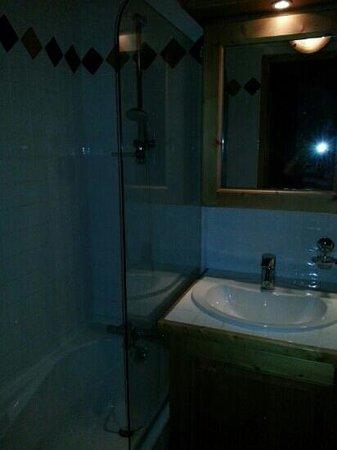 Lagrange Vacances Le Hameau du Rocher Blanc : salle de bain grande