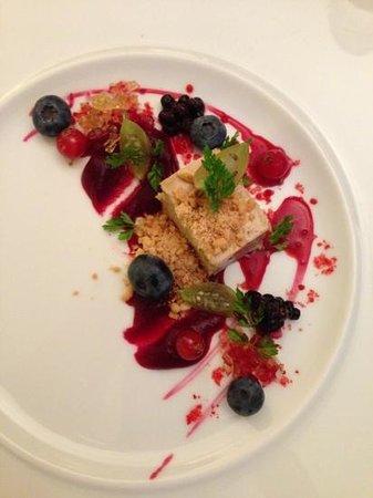 Duo Restaurant: terrine de foie gras truffée, baies rouges, mousseline de betterave rouge, crumble cacahuète