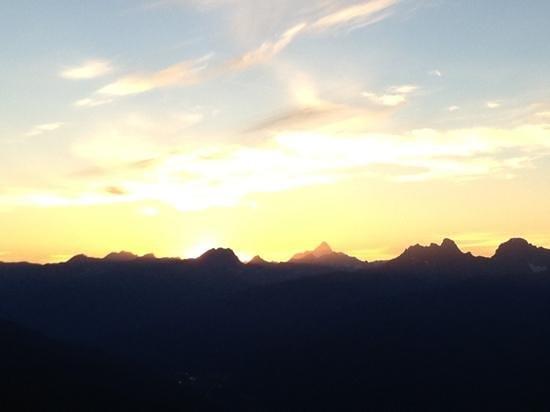 Tramway Restaurant: sunset Yellowhead mountain range