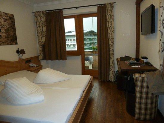 Hotel Perauer: Vue du couloir de la chambre sur la pièce principale