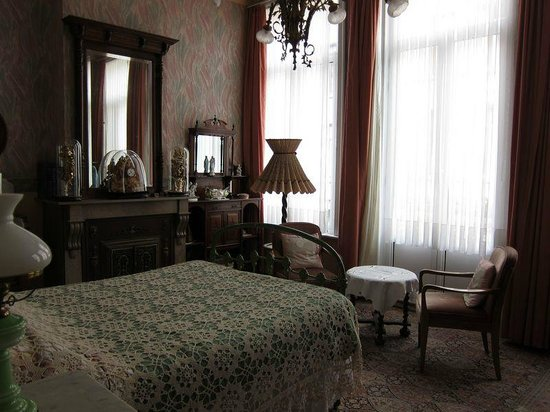 Marnix Bed & Breakfast: Master bedroom dated and dusty rather than quaint