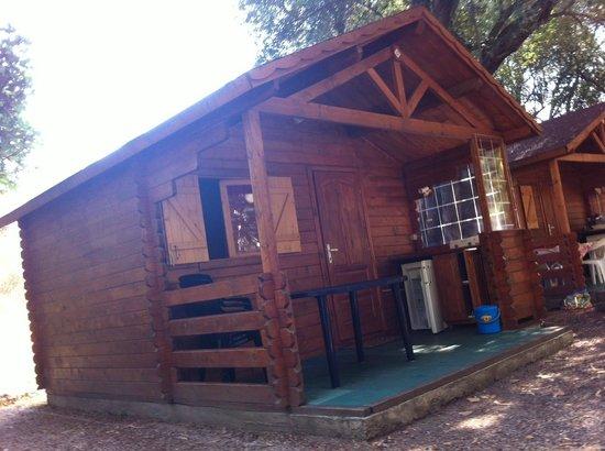 Camping D'Olzo : Chalet (la veranda dispone di tavolo,4 sedie, frigo, fornelli con illuminazione e dispensina)