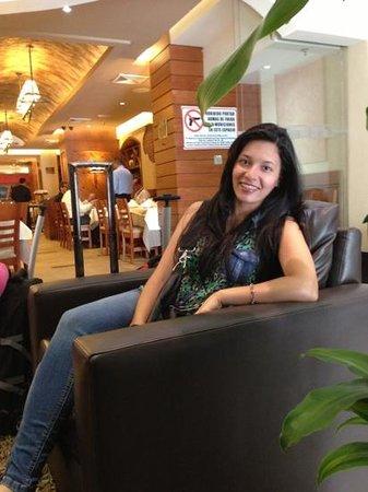 Hotel Chacao & Suites: restaurante cerca del lobby..
