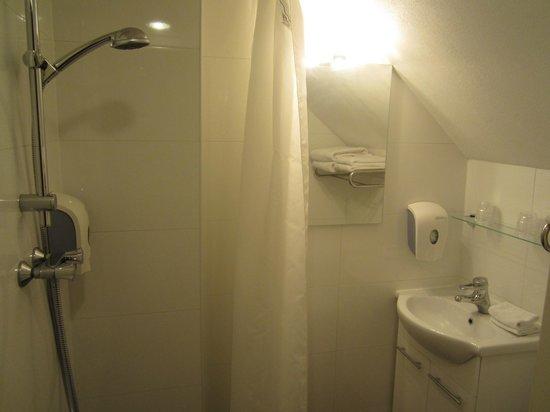 Hotel Nes: Bathroom 2