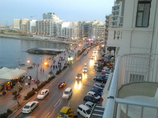 Astra Hotel: sea view from balcony at night