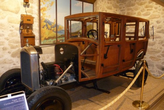 Musée de l'aventure Peugeot : voiture ancienne