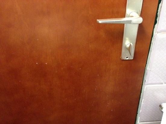 Novum Hotel Cristall Wien Messe: la porta del bagno tutta a chiazze e sgangherata