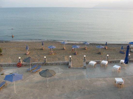 Galini Beach Hotel: Vista della terrazza dell'hotel dal balcone del secondo piano
