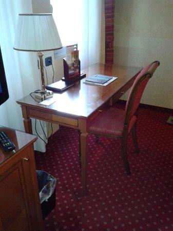 Windsor Hotel Milano : Detalle de la mesa de la habitación, todo un lujo