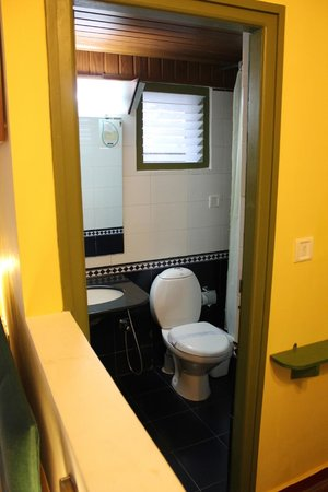 Mountain Club Resort: Bathroom with open air window.  It was windy and cold in late July.  Brr.