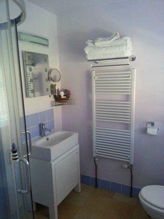 34 Lee Road : Lilac room bathroom