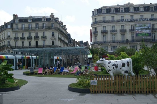 Séjours & Affaires Angers Atrium : Town Square equipped with deck chairs to relax in