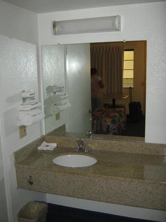 Motel 6 San Luis Obispo South: Sink & mirror