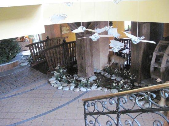Hotel Zubrowka: scale ed atrio lato bar