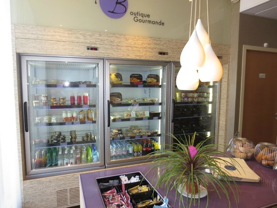 Novotel Suites Reims Centre: The station where you can buy your snacks
