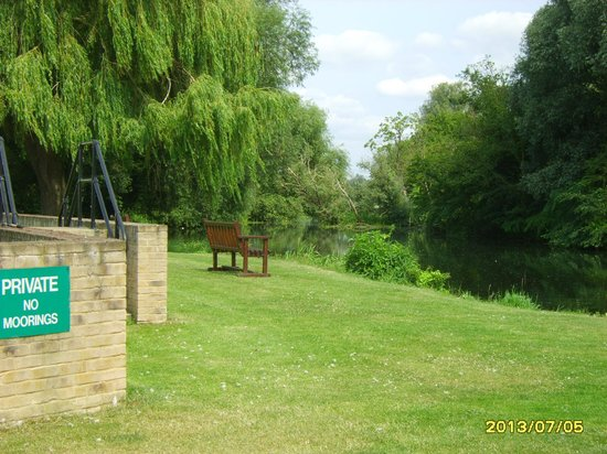 Quiet Waters Caravan Park: riverside seating