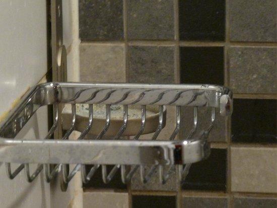Hotel Katajanokka: Hinter der Ablage für Shampoo sieht man ein verschimmeltes Gestell für das Hotelduschgel.