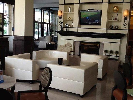Hilton Richmond Downtown: Thirst & Fifth GastroPub Fireplace