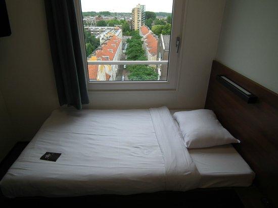 The Student Hotel Rotterdam : Cama individual y vista desde la 6a. planta