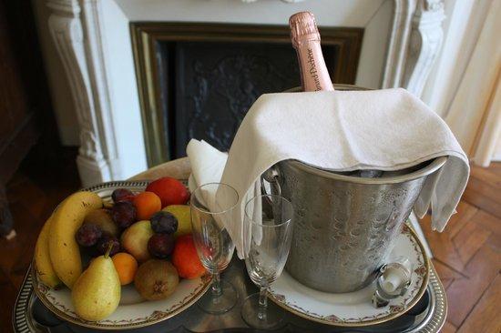 Chateau de Damigny: Champagne et fruits frais.