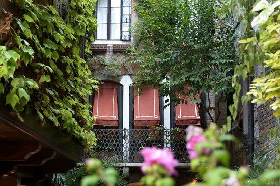 Hotel Flora: Our garden