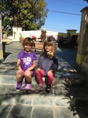Parker Guest House : Zoey and Nina in the garden