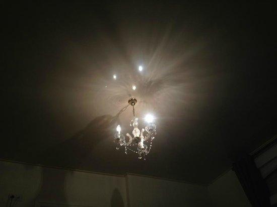 Hostellerie de Le Wast Chateau des Tourelles: chandelier
