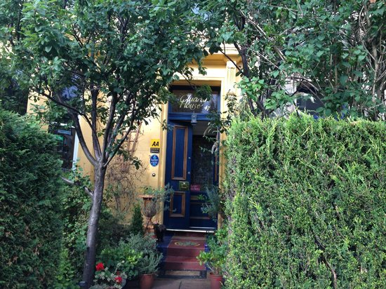 Cluaran Guest House : front entrance