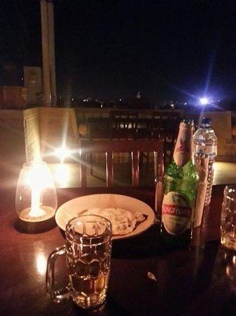 Hotel Pleasant Haveli: a lume di candela con birra ed aria fresca