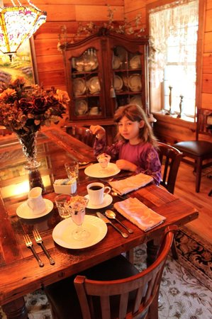 Ponderosa Lodge Bed & Breakfast : If a Dowton dining room had a Ponderosa touch...