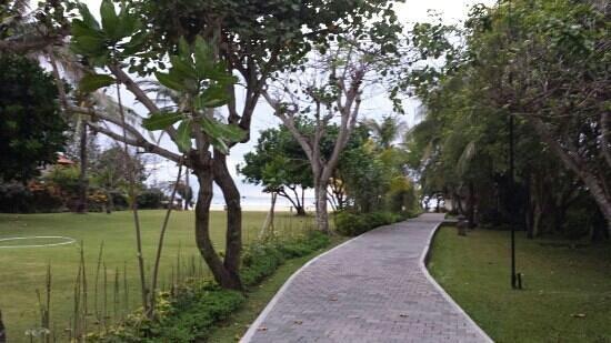 Ayodya Resort Bali: the walk to the beach...