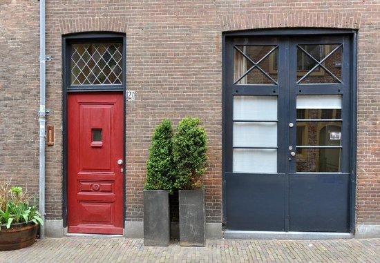B&B Bed en Beschuit: Front doors of both apartments