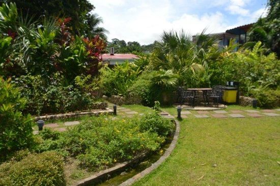 Hotel Diuwak : Jardines