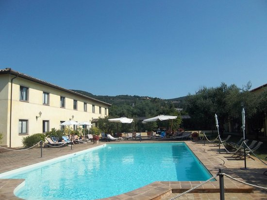 Relais Dell'Olmo: Sunbathing by the pool