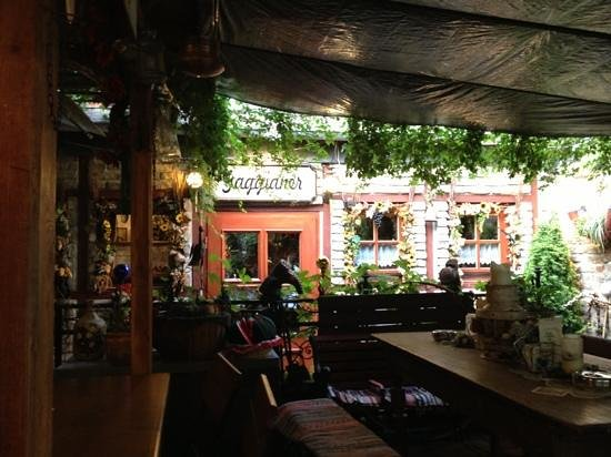 Bingen am Rhein, เยอรมนี: covered terrace, with lots of funny details!