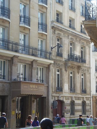 Hotel Atala Champs Elysees: Hotel Atala na rua chateaubriand.