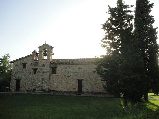 Urbino Resort - Tenuta Santi Giacomo e Filippo: Chiesa all'interno dell'hotel