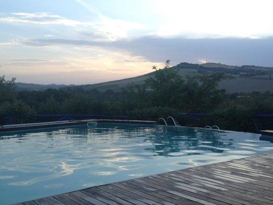 Urbino Resort - Tenuta Santi Giacomo e Filippo: Piscina con vista sulla collina