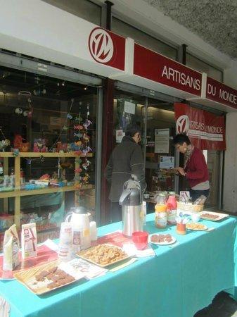 Boutique Artisans du Monde : lors d'une journée dégustation organisée par les bénévoles de l'association