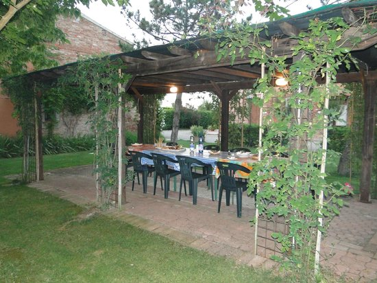 Podere Le Manzinaie : Plenty of space for outdoor grilling and dining