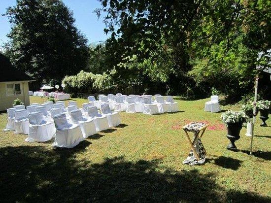 Evergreen Hall Bed & Breakfast : Backyard ceremony site