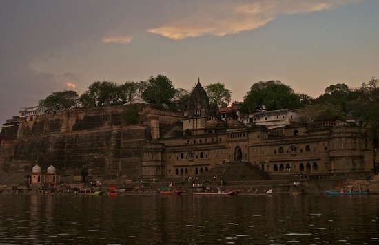 Ahilya Fort: Hotel as seen from river