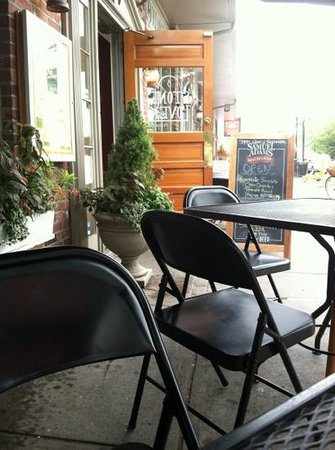 Simply Divine Pizza Co.: great spot for lunch, people watch with soup and sandwich.