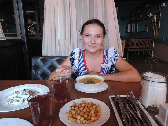 Bufet Cafe: Дочурка лопает суп :)