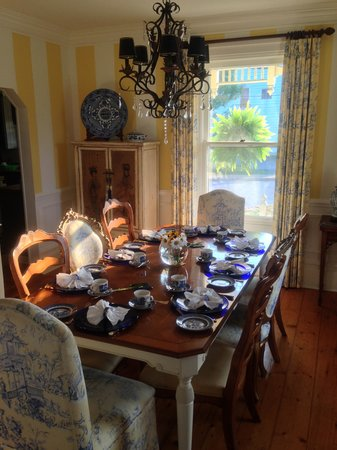 Mahone Bay Bed and Breakfast: Breakfast table