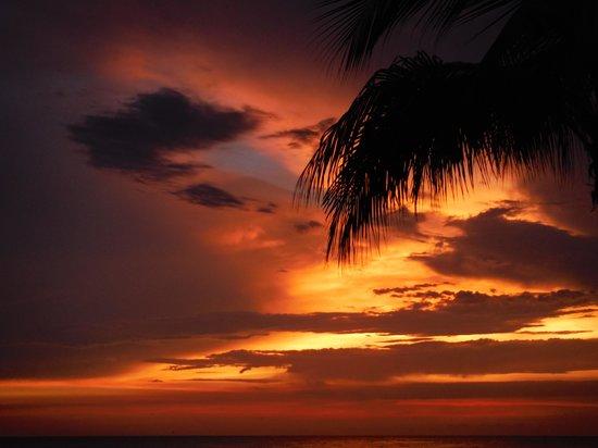 Sunset Plaza Beach Resort & Spa: Sunset while having dinner
