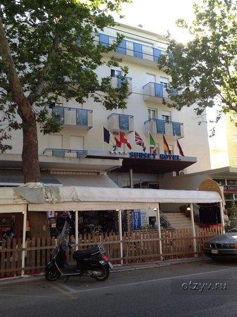 Sunset Hotel: Вид с улицы