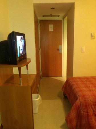 Hotel Coliseo: tv, entrada habitación